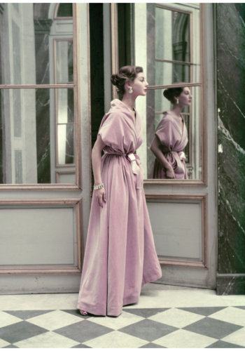 anne-gunning-in-balenciaga-dress-photographed-at-versailles-frances-mclaughlin-gill-vogue-november-15-1952